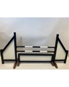 Překážka černá (zavřená) s dvěma skoky, 4 závěsnými konzolami a překážkovým plotem černé