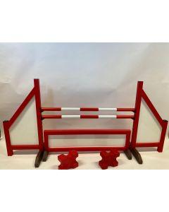 Překážka červená (zavřená) kompletní se dvěma skokovými trámy, 4 závěsnými konzolami, překážkovým plotem a 2 bloky kavaletů
